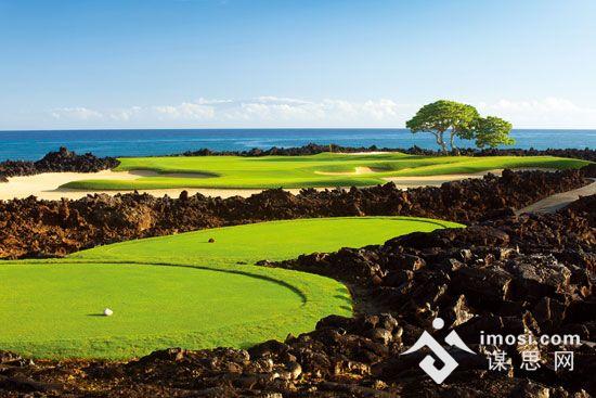 火山礁石包围的华拉莱四季酒店度假村高尔夫球场   夏威夷的火山旅行是很多人隔几年就要来一次的,火山的复活不会成为阻止他们放飞自己的屏障,相反可能成为一次旅行的动机。   有科学家撰文指出,恐龙在两亿多年前成功统治地球,与当时火山的频繁活动存在着非常密切的关系。不过,火山却在2010年给人类带来了一系列灾难:3月20日,在经历了将近200年的休眠期之后,冰岛南部埃亚菲亚德拉冰盖冰川附近的火山突然爆发,冰岛全境航班取消,多条主要道路封闭。   不过,不断喷发的火山似乎为今年这个百年不遇的炎夏更添了一把火,火