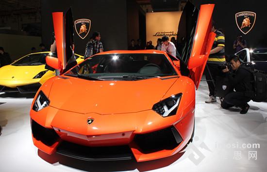 兰博基尼LP700-4 本次参展企业在数量上再创新高,仅车企就达到250余家,在今天举行的新车新闻发布会超过50场次,厂家战略发布达25场;展出车型的品质大幅攀升,发布车型50余款:北京现代的朗动新车,奔驰Mlclass、C63AMG、SMART龙年纪念版,东风日产的新轩逸、启辰双品牌,进口现代,兰博基尼及宾利GTC诸多新车及清纯脱俗的车模仪仗更是让本届车展亮点不断,让人惊艳不停。